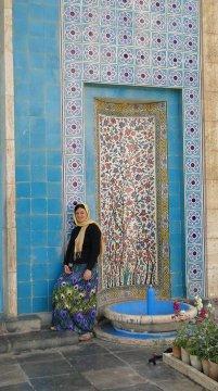 V Šírázu u hrobky Háfeze - barevně.